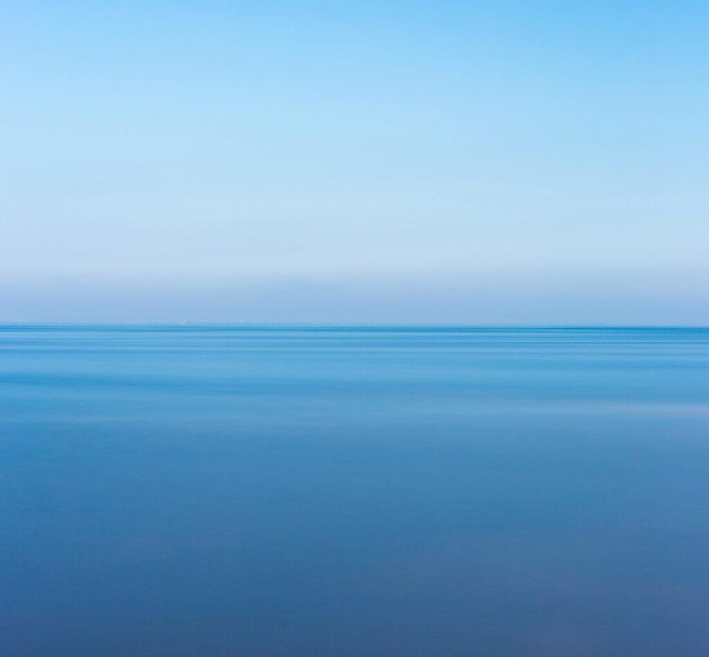 mare albastra cer albastru
